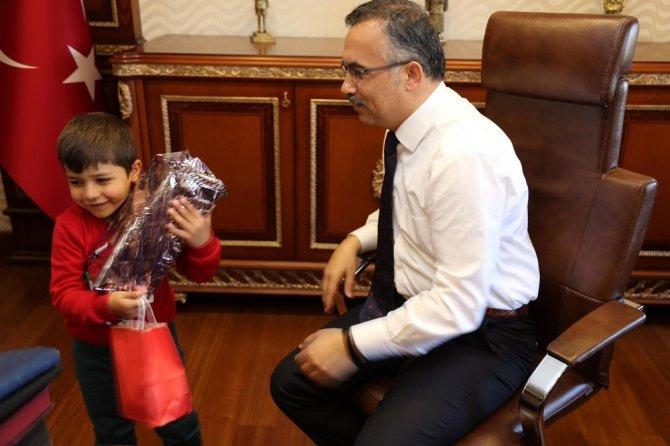 Vali Kemal Çeber, Minik Barış'ı makamında ağırladı